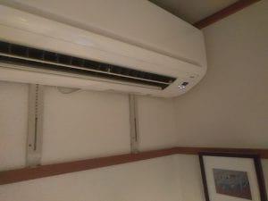 白い中古エアコンの写真