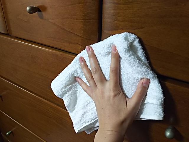 タンスを雑巾で拭く
